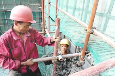 要求台风期停止户外施工、高空作业、机械吊运等,确保在建工程和