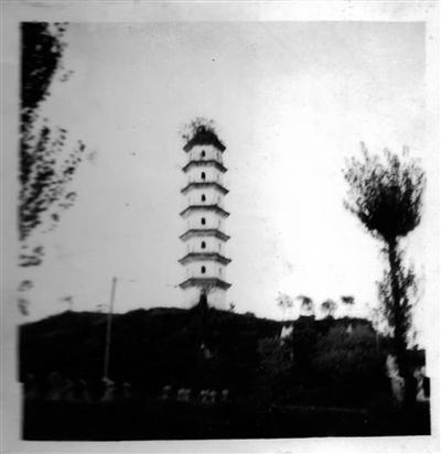 塔为七层六面塔,矗立在一座临溪的低山上